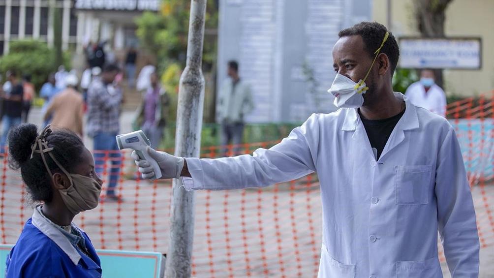 África cuenta oficialmente con casi cinco millones de casos de coronavirus, y está bajo la amenaza inminente de una tercera ola.. Foto: Agencias.