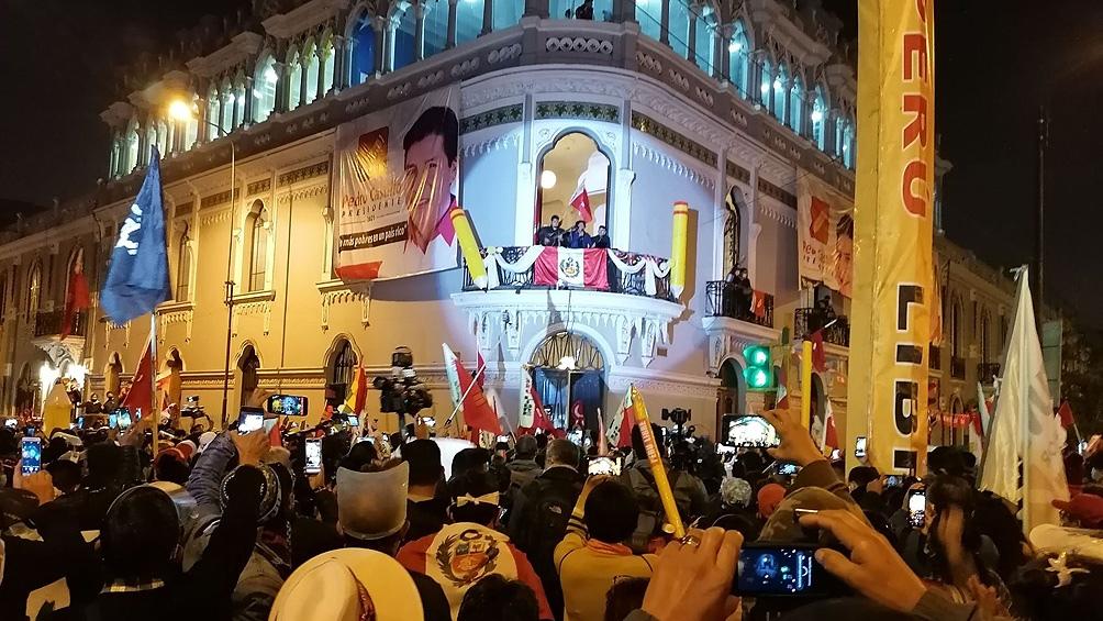 Seguidores de Pedro Castillo ante la sede del partido Perú Libre. Foto: Télam.