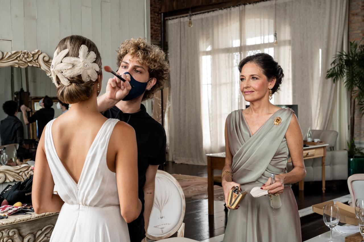 """""""Le estás dejando linda para el día más especial de su vida"""", dice Augusto sobre las novias. Foto: Gentileza."""