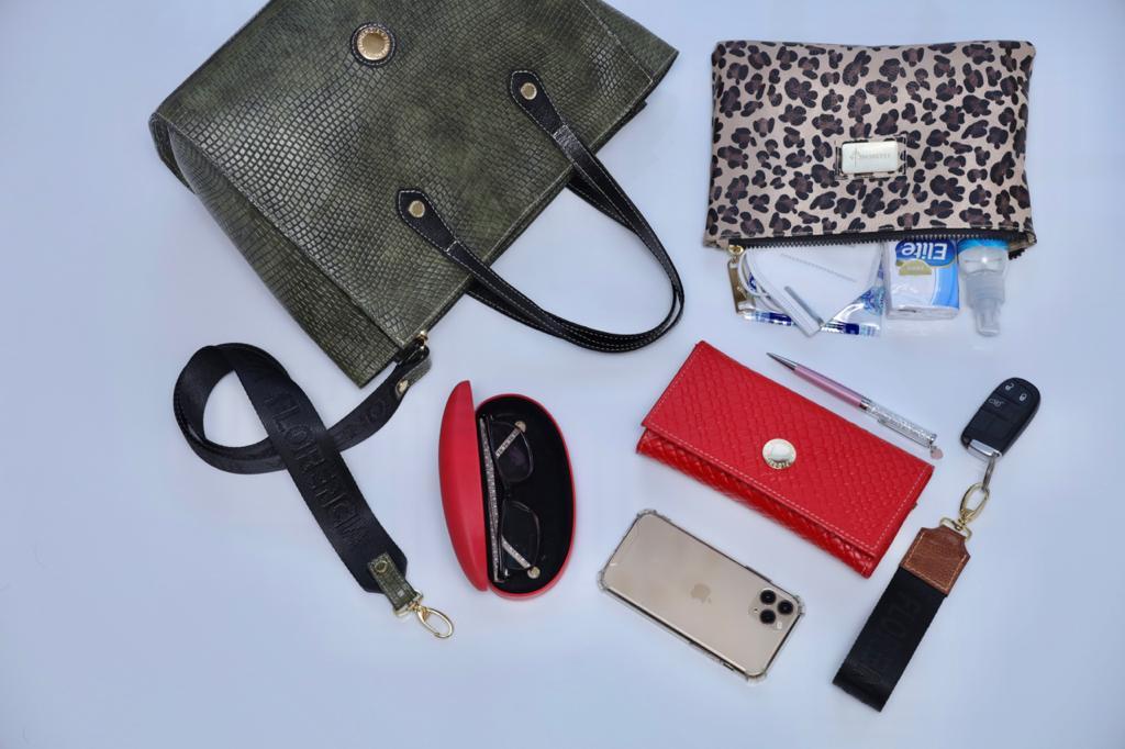 En su cartera Florencia, Viviana lleva lo esencia. Foto: Gentileza.