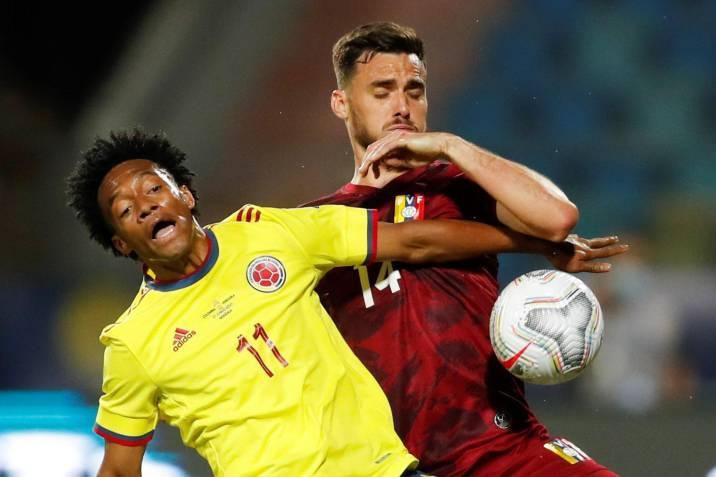 El jugador Juan Cuadrado (i) de Colombia disputa el balón con Luis del Pino de Venezuela, durante un partido por el grupo B de la Copa América. Foto: Vanguardia.