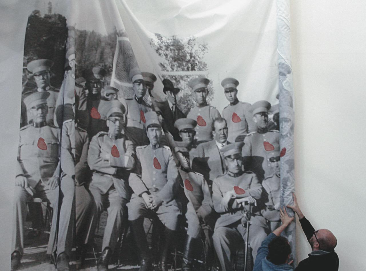 Las sábanas, 2007. Instalación. Fotografía de época (1932) impresa sobre tela de algodón, encaje de ñandutí, sonido direccional © Beto Gutiérrez