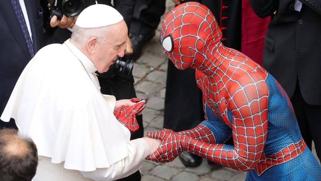Un solidario Spiderman entregó al Pontífice su máscara de superhéroe. Foto: Agencias.