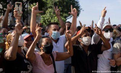 Algunos cubanos han echado mano de trucos para burlar el bloqueo y acceder a redes de conexión. Foto: Picture Aliance.