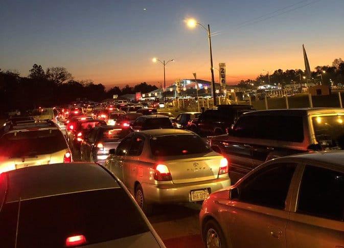 Largas filas de vehículos. (Foto @RicardoGimnez14)