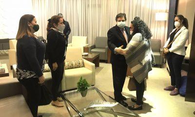 Juana Villalba y Lourdes Luna, madre y prima de Leidy, fueron recibidas en el aeropuerto Silvio Pettirosso por el canciller Euclides Acevedo. Foto: Gentileza.