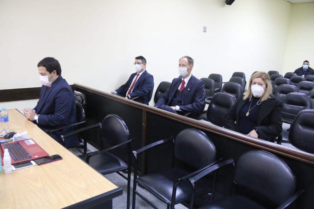 Fiscala Sandra Quiñonez y asesor legal de embajada de Estados Unidos en el audiencia. (Foto Gentileza).