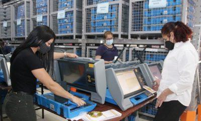 Preparan las máquinas de votación. (Foto TSJE).)