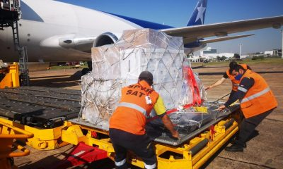 Momento de la descarga del lote de vacunas. Atrás el avión que se encargó del traslado. (Foto Presidencia).