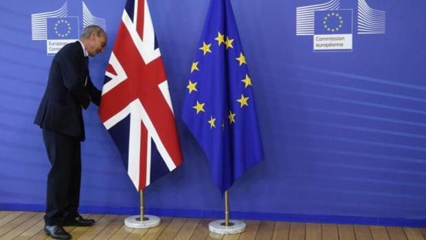 Banderas del Reino Unido y de la Unión Europea. Foto: Archivo.