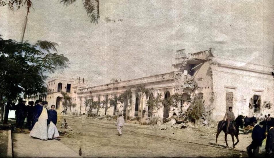 Cuartel de Policía luego de uno de los tantos golpes de Estado. Al fondo, la casa de Cantalicio Guerrero, 1908. Fuente: Paraguay de antes