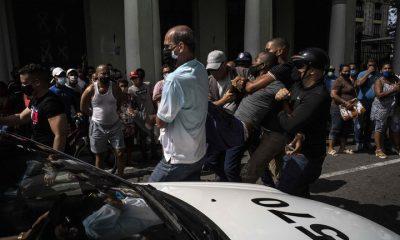 Represión en la marcha de este domingo en Cuba. Foto: Agencias.