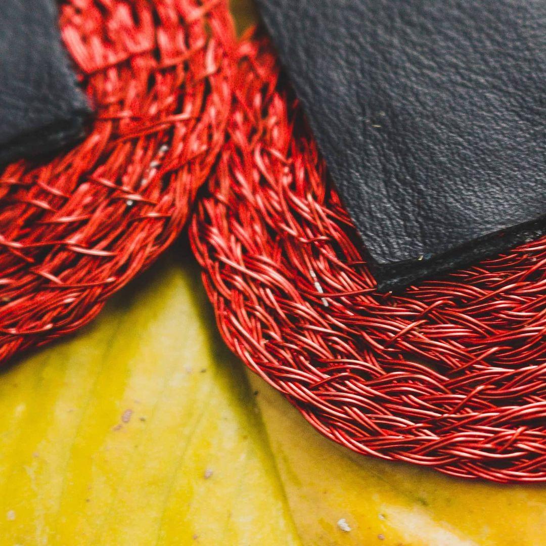 Rojo, amarillo, cuero, cobre, latón, en Fuego, la colección de Cateura Accesorios. Foto: Ana Calvo.