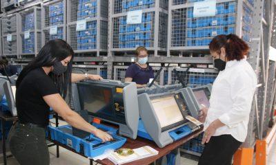 Preparan máquinas de votación. (Foto TSJE).