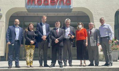 El ministro Julio Borda, junto con representantes de Moderna. (Foto Presidencia).