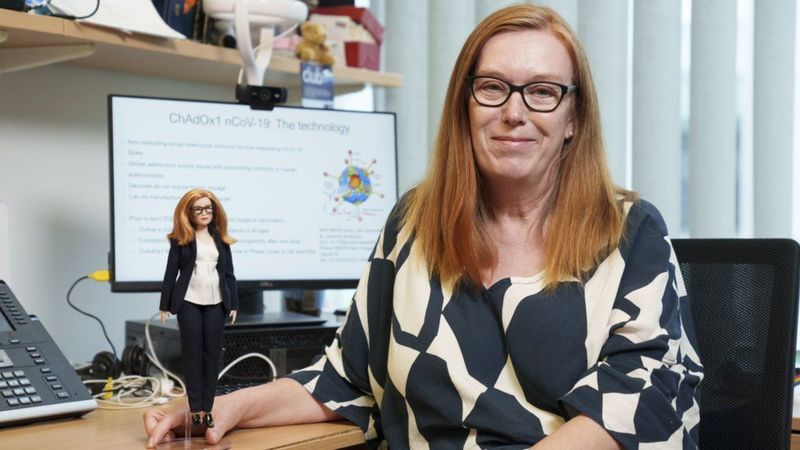 Sarah Gilbert con su muñeca Barbie. Foto: PA Images