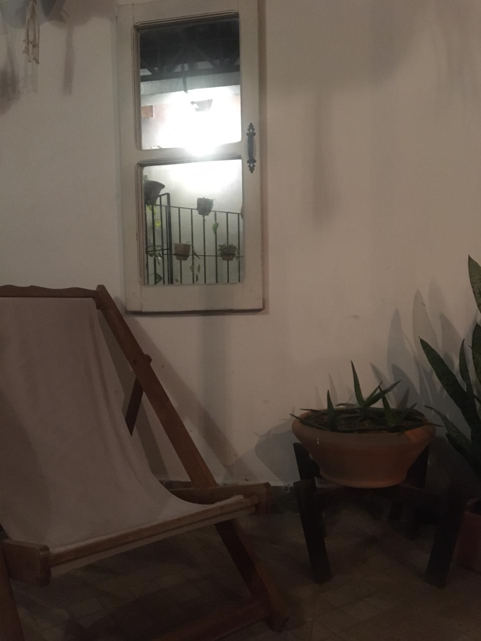 Unos espejos, sillones, planteras y una vieja reja ya pueden transformar cualquier espacio en algo original. Foto: Natalia Santos.