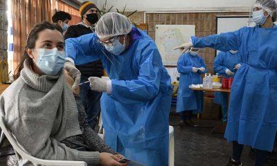 Uruguay ya vacunó con al menos una dosis a 2,57 millones de personas (72,50% de la población) y a 2,23 millones (63,04%) con dos dosis. Foto: Télam.