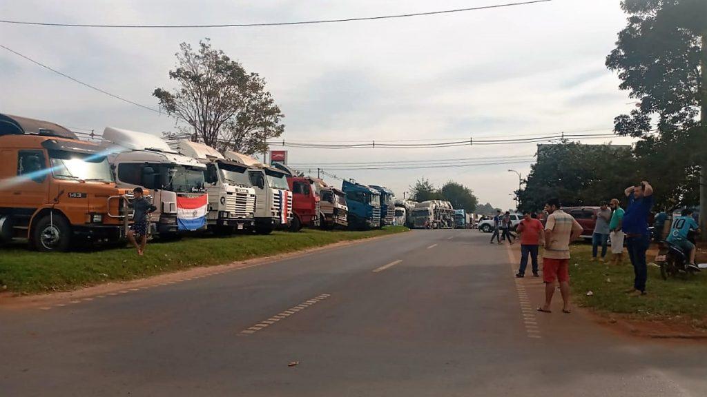 Grupo de camioneros brasileños que están varados a causa de las protesta en Paraguay. Foto: Ahora CDE.