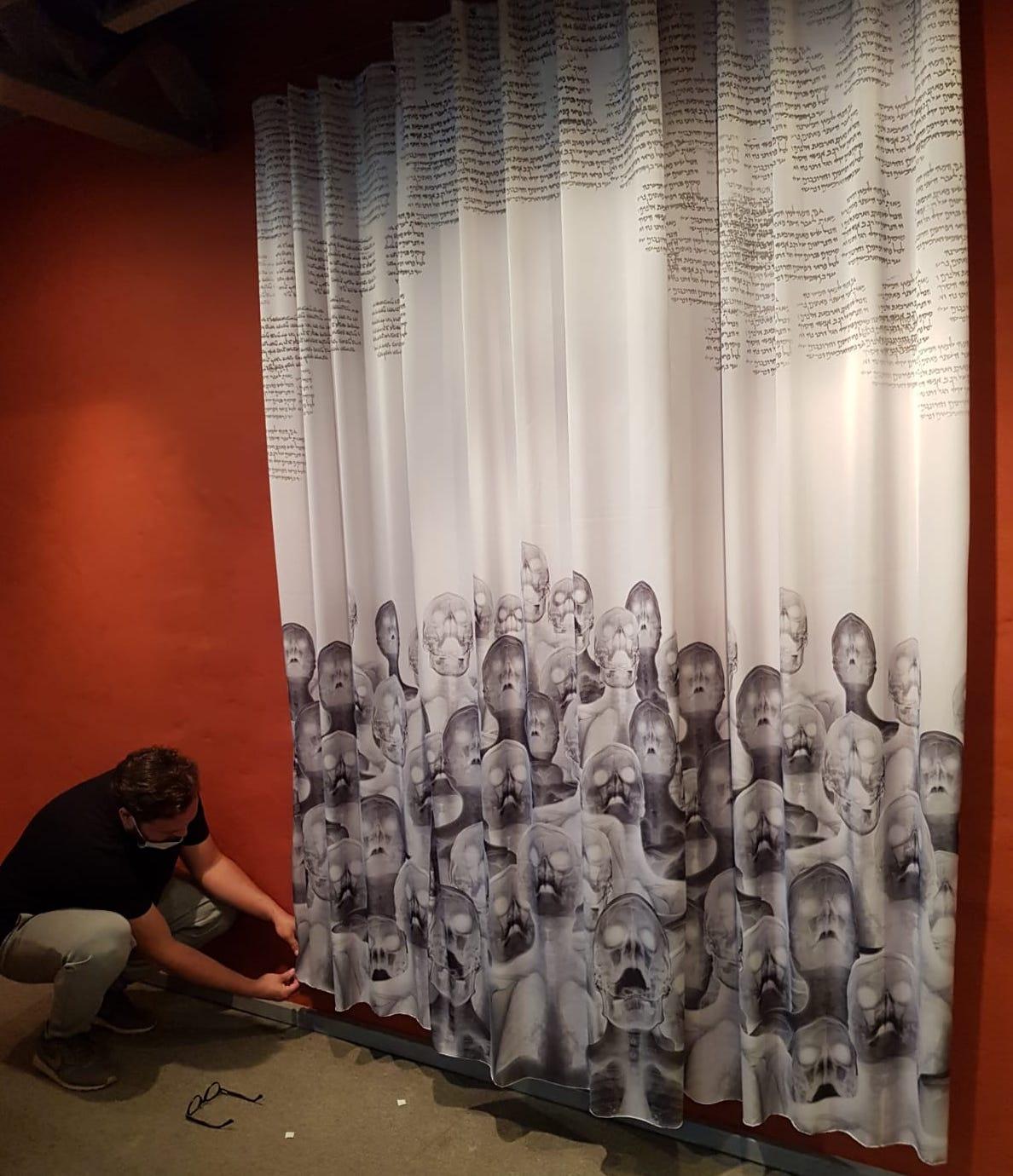 Emmanuel López Genes junto a su obra. Cortesía CAV/Museo del Barro