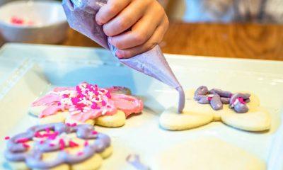 Decorar galletitas es una actividad que puede involucrar a toda la familia.