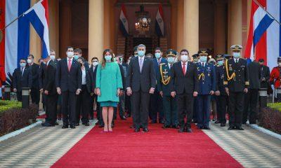 Mario Abdo y la primera dama, en el momento del acto. (Foto Presidencia).