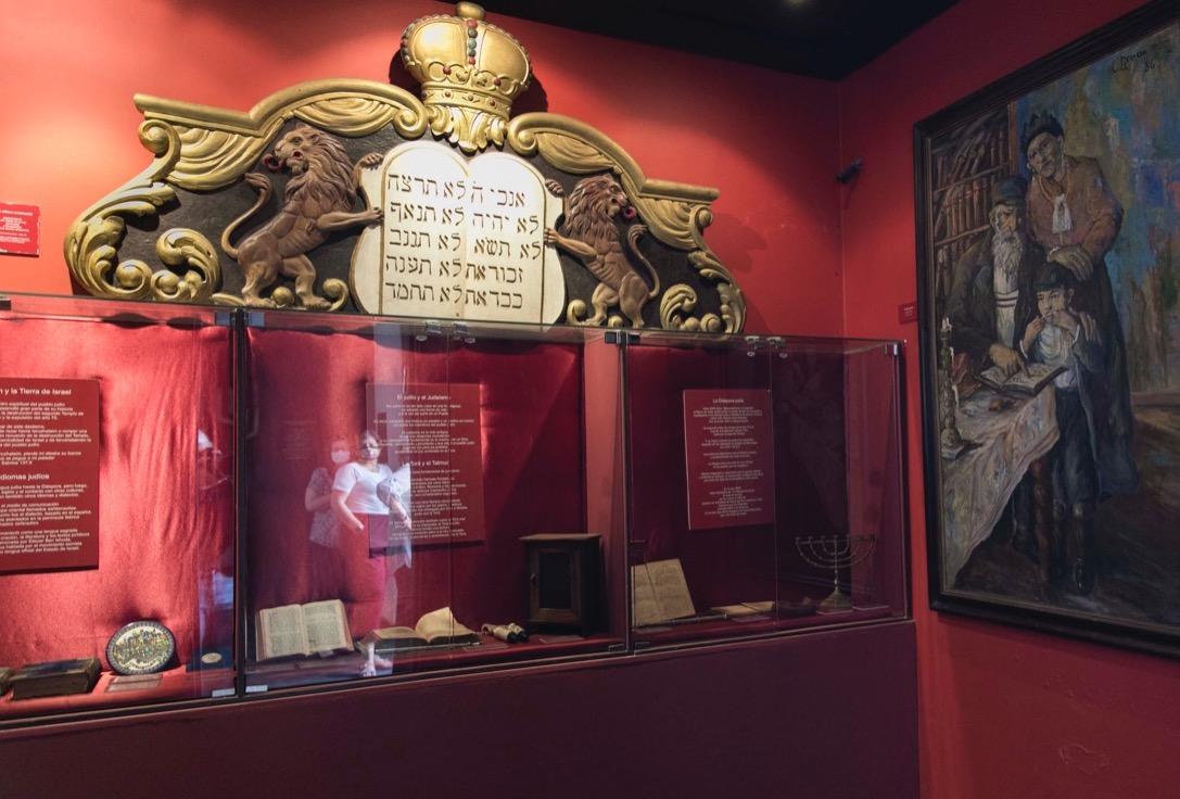 Sala Roja. Objetos de la ritualística judía © Laura Mandelik
