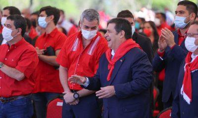 Mario Abdo Benítez y Horacio Cartes, sonrieron juntos y se mostraron muy alegres durante el aniversario de la ANR. (Foto ANR)