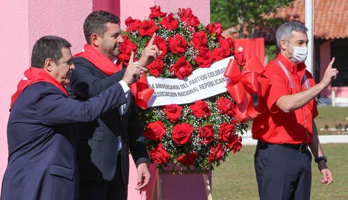Pedro Alliana (centro) junto al presidente de la República Mario Abdo Benítez y el líder de Honor Colorado, Horacio Cartes. (Foto ANR)