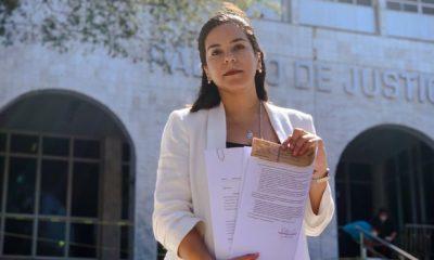 Johanna Ortega frente al Palacio de Justicia, con el documento. (Foto Twitter).