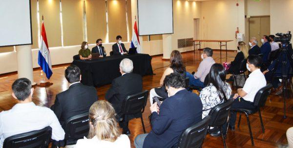 Autoridades, empresarios y técnicos participaron de la reunión. (Foto MIC)