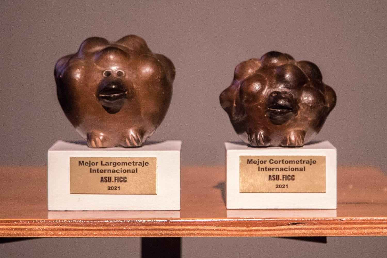Los premios entregados a los ganadores del ASUFICC fueron creados por la ceramista Julia Isidrez.