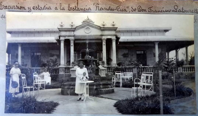 Ejemplar idéntico al Ganso de la Plaza Independencia. Jardín de la Estancia Ñandu Kua, San Pedro, Familia Latourette. Cortesía