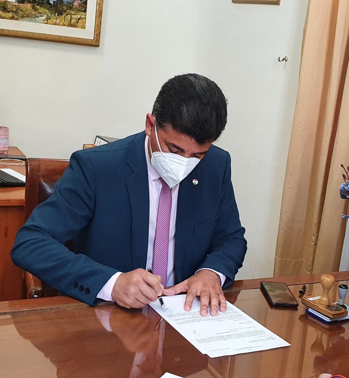 Senador Víctor Ríos oficializando su candidatura. (Foto Francisca Pereira).