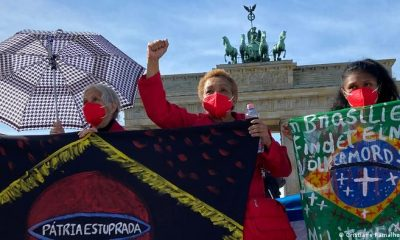 """""""En Brasil tiene lugar un genocidio"""", dice la pancarta de una manifestante contra la gestión de la pandemia de Bolsonaro en el centro de Berlin. Imagen del 2 de octubre de 2021. Foto: DW."""