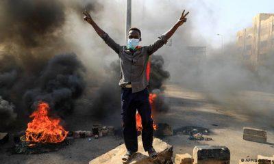 Protestas en Jartum, la capital sudanesa, tras la detención de miembros del gobierno por parte de los militares que tomaron el poder en un golpe de Estado. Foto: Picture Aliance.
