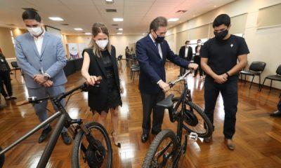 Denis Rodríguez presentó su Bicicleta eléctrica al titula del MIC, Lus A. Castiglioni.
