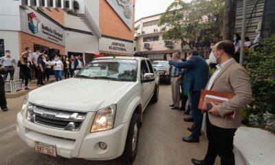 Vehículos electorales al momento de partir al interior del país. (Foto TSJE).)